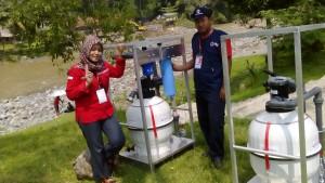 Peserta (kiri: Atika Ardiyanti) dengan Alat Rohwassereingang_Raw Water Inflow