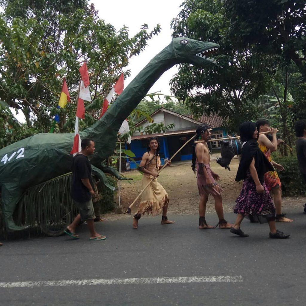 Miniatur Hewan Dinosuarus Karya RT 004 RW 002 dalam Karnaval Kemerdekaan Tahun 2017 Desa Wlahar Wetan