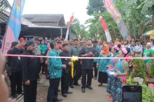 Pemotongan Pita di Gerbang Kampung KB RW 1 Desa Wlahar Wetan