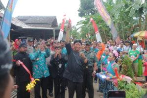 Bupati Banyumas Ir. H. Achmad Husein Didampingi Muspika Kalibagor Meresmikan Gerbang Kampung KB RW 1