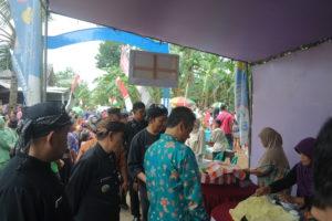 Kepala Desa Wlahar Wetan Dodiet Prasetyo Sedang menjelaskan Berbagai Produk Warga Desa Kepada Bupati Banyumas