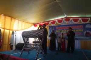 Penanda Kentong oleh Bupati Banyumas Ir. H Achmad Husein di resmikannya Kampung KB RW 1 Desa Wlahar Wetan