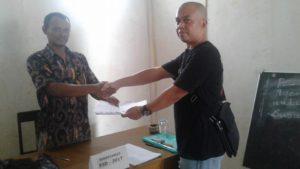 Beberapa Calon Pendaftar Perangkat Desa Sedang Meminta Penjelasan Kepada Panitia