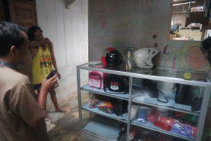 Tim Kopkun Sedang Melihat Hasil Kerajinan Tas Produk Warga Desa Wlahar Wetan