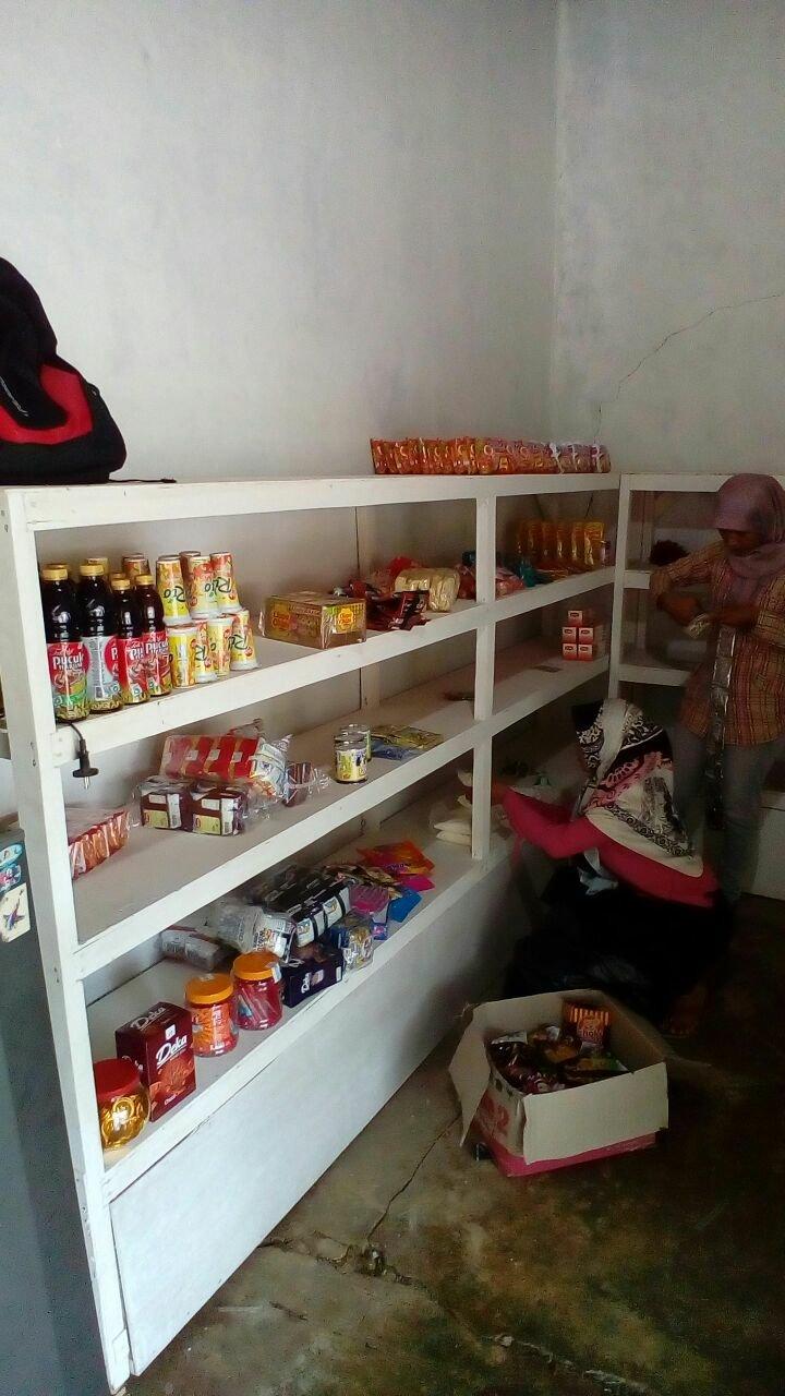 Kegiatan Penataan Barang Jual Oleh Pengurus Bumdes Kepada para Warung Kampung